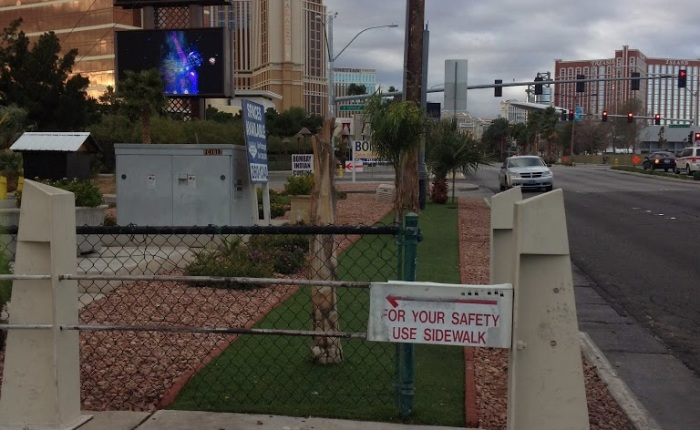 Nobody walks (off the path) in Vegas